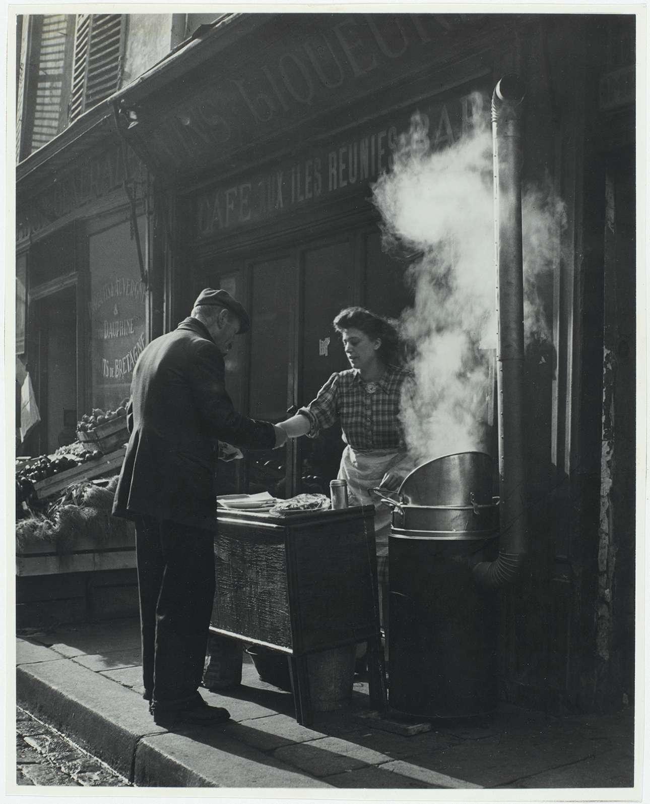 Το φαστ φουντ της δεκαετίας του '40... τηγανητές πατάτες στο δρόμο του Παρισιού, γύρω στο 1946 - 1948