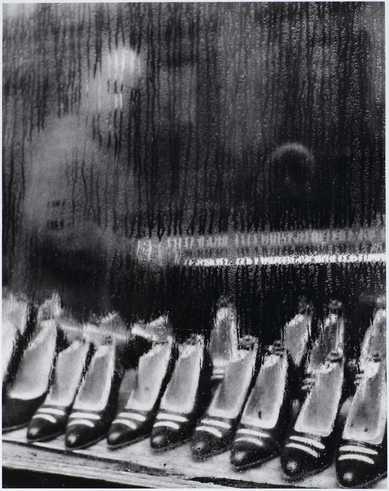 Η ιδιαίτερη ματιά της Βάις: υδρατμοί και καλαπόδια σε μία εικόνα που θυμίζει πίνακα ζωγραφικής, Παρίσι, 1955
