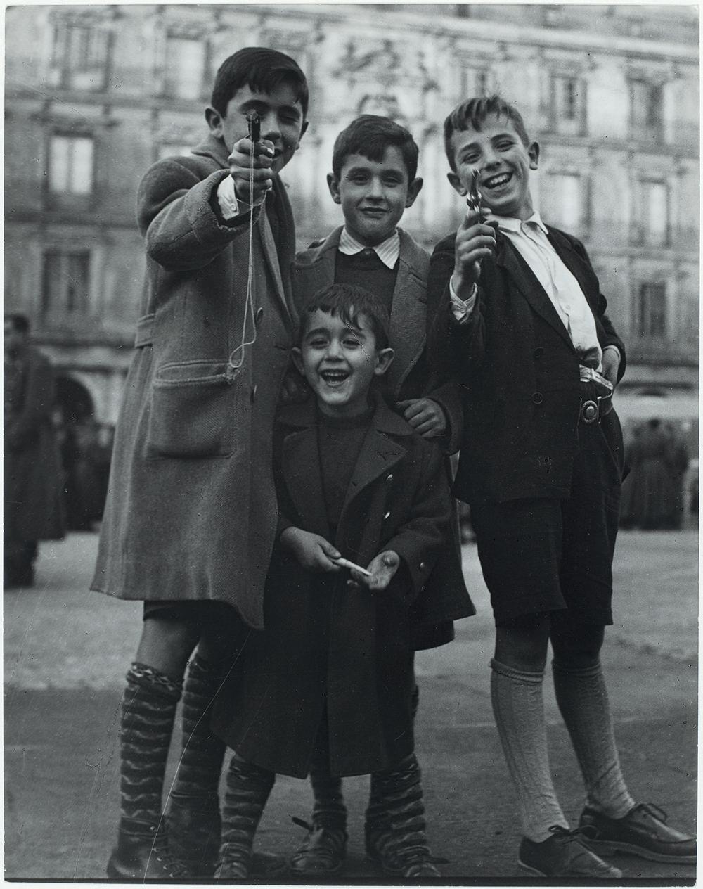 Χαμογελαστά αγόρια ποζάρουν στο φακό της Σαμπίνε Βάις, στη Μαδρίτη, 1950. Οι ασπρόμαυρες φωτογραφίες παιδιών που παίζουν στους δρόμους της Ευρώπης και των ΗΠΑ στη δεκαετία του 50 αποτελούν το πιο χαρακτηριστικό κομμάτι της δουλειάς της