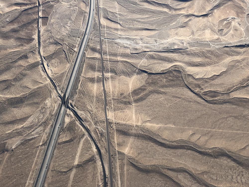 Πρώτη θέση στην κατηγορία Τοπίο. Εξω από το Λας Βέγκας, τα πανομοιότυπα σπίτια των προαστίων δίνουν τη θέση τους στο σουρεαλιστικό τοπίο της ερήμου