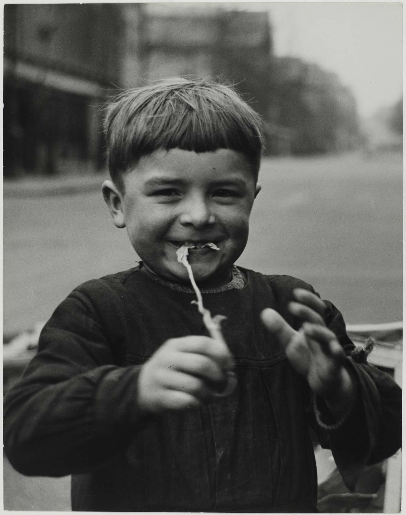 Ενα χαριτωνένο και παιχνιδιάρικο παιδί, Παρίσι, 1952. Η Βάις είχε την ικανότητα να αναπτύσει γρήγορα οικειότητα με όσους φωτογράφιζε, κυρίως με τα παιδιά