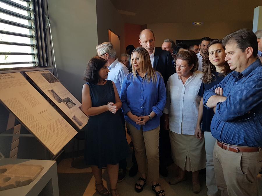Η πρόεδρος του Κινήματος Αλλαγής, Φώφη Γεννηματά (2Α), ξεναγείται στα αρχαιολογικά ευρήματα από την προϊσταμένη της Εφορείας Αρχαιοτήτων Σερρών Δημητρία Μαλαμίδου (Α) κατά την επίσκεψή της στο Αρχαιολογικό Μουσείο Αμφίπολης, στις Σέρρες, την Τετάρτη 18 Ιουλίου 2018. ΑΠΕ ΜΠΕ/ΑΠΕ ΜΠΕ/Βασίλης Λωλίδης