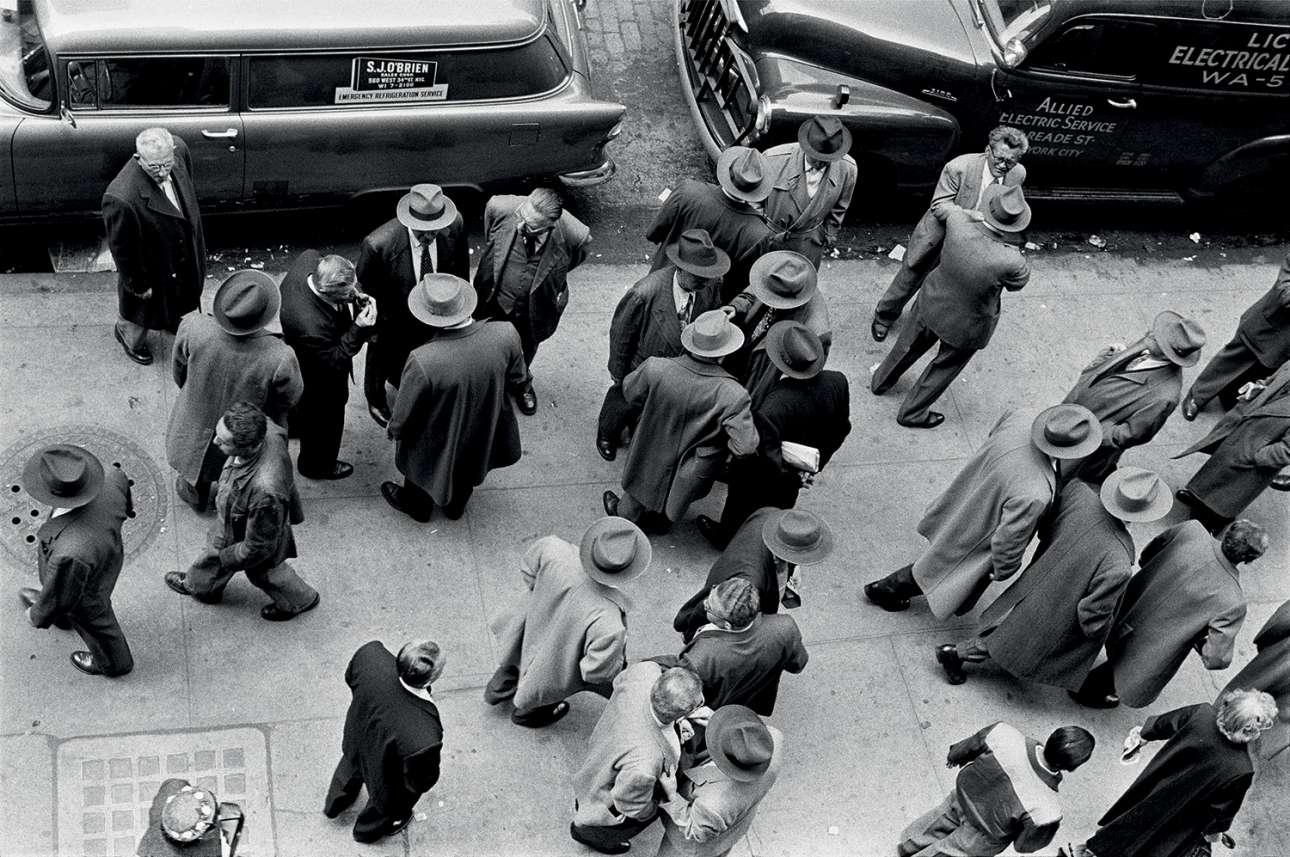 Δρόμος της Νέας Υόρκης από ψηλά... όπου κυριαρχούν τα καπέλα, 1955