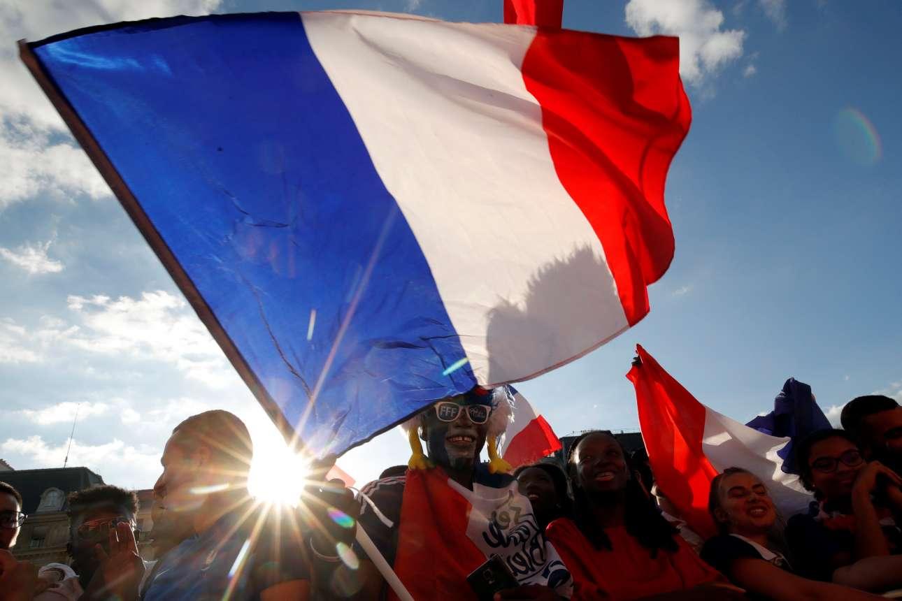 Αλλη μια γαλλική σημαία στον ουρανό της Πόλης του Φωτός