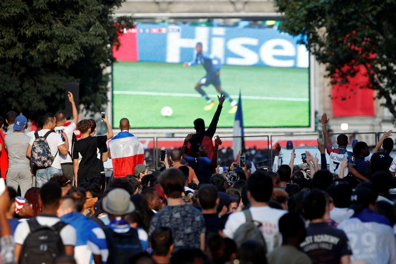 Παντού στήθηκαν γιγαντοοθόνες όπου προβλήθηκαν ξανά τα highlights του ματς. Ολοι πανηγύριζαν σαν τα έβλεπαν για πρώτη φορά