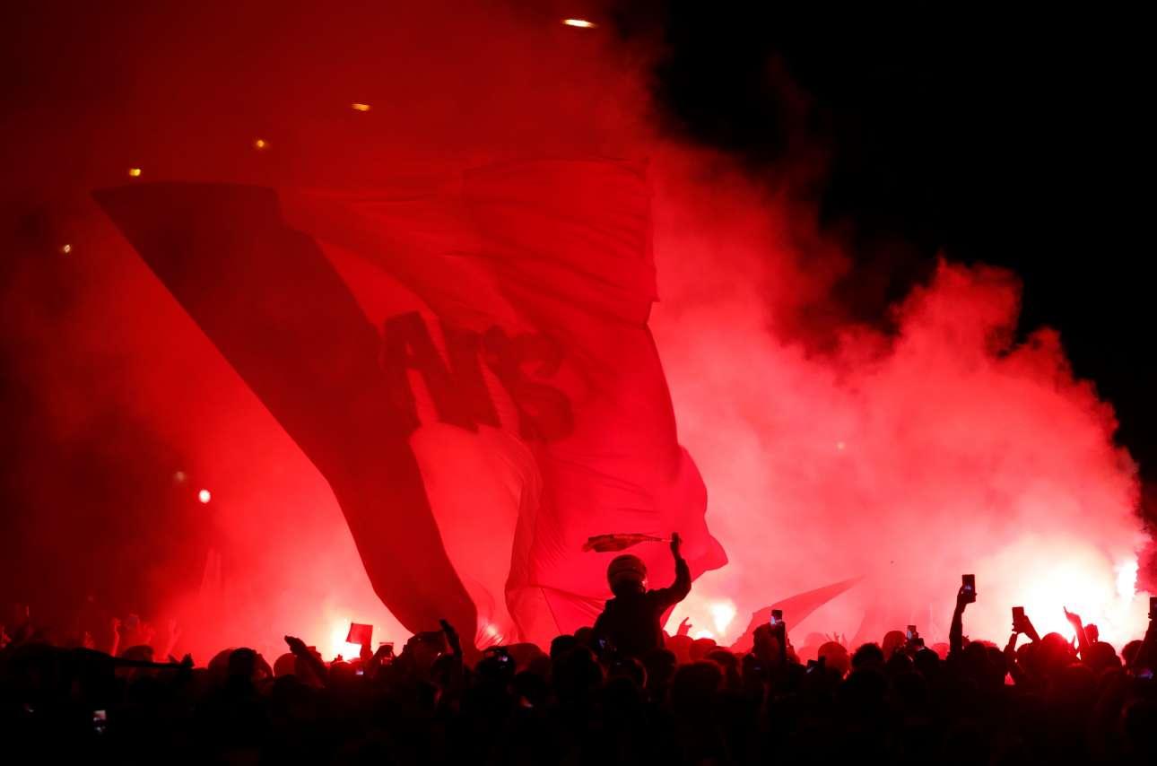 Η νύχτα βάφτηκε κόκκινη, από το πάθος της νίκης επί του Βελγίου. Η χαρά θα διαρκέσει μέχρι τη στιγμή που θα ξεκινήσει ο τελικός της Κυριακής - τότε, αρχίζει η αγωνία