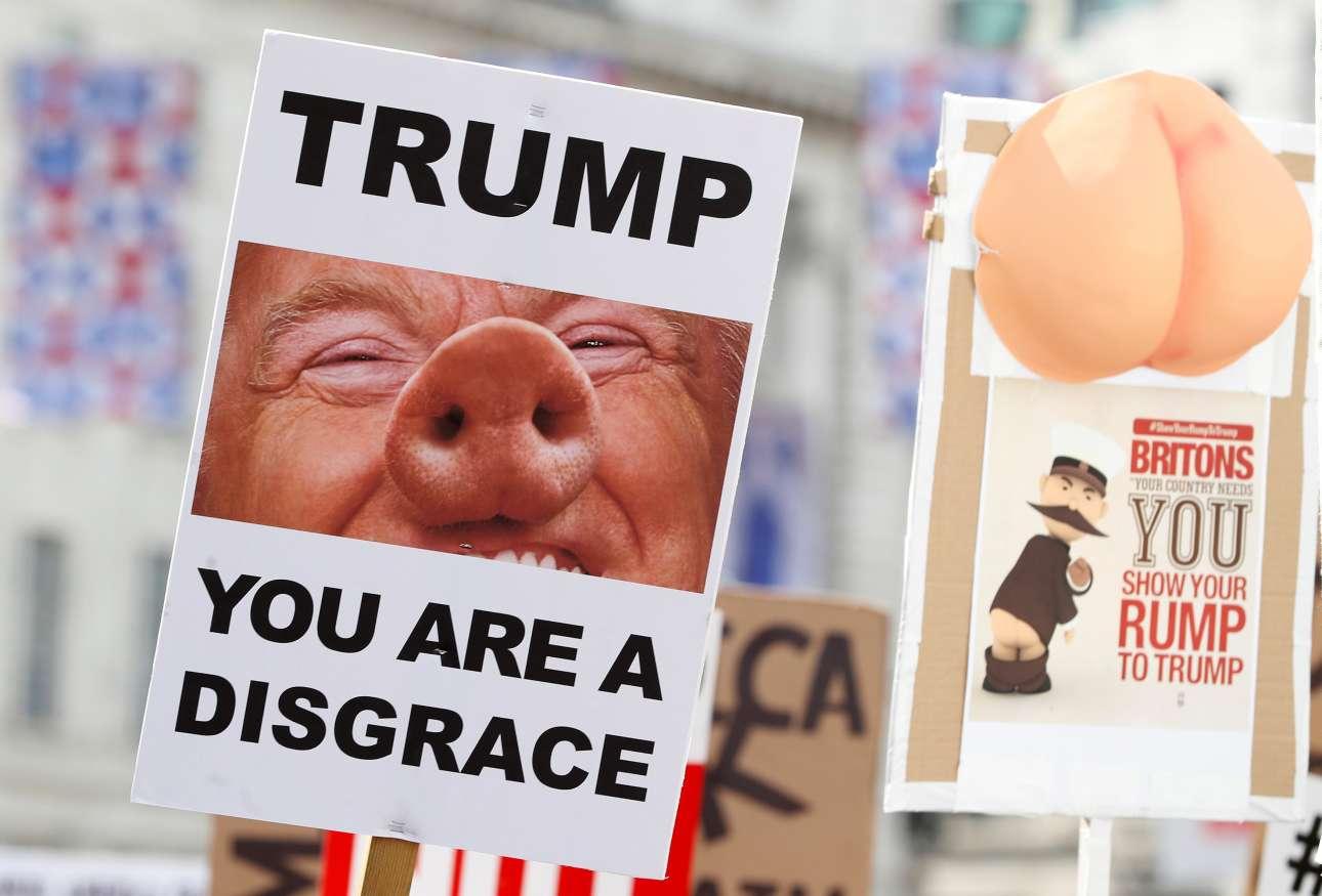 Πλακάτ με τον «αισχρό»-«όνειδος» Τραμπ, υπό τη μορφή... χοίρου (REUTERS/Simon Dawson)