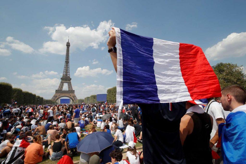 2018-07-15T131916Z_2116436374_RC15048E4680_RTRMADP_3_SOCCER-WORLDCUP-FINAL-PARIS-FANS