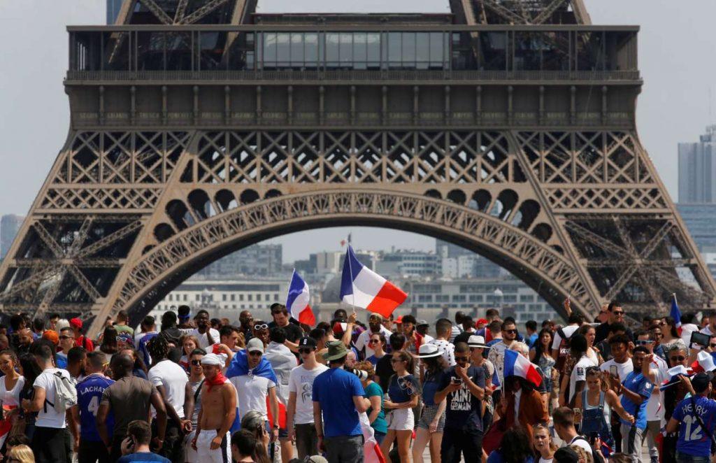 2018-07-15T134158Z_18545579_RC147DD67A00_RTRMADP_3_SOCCER-WORLDCUP-FINAL-PARIS-FANS