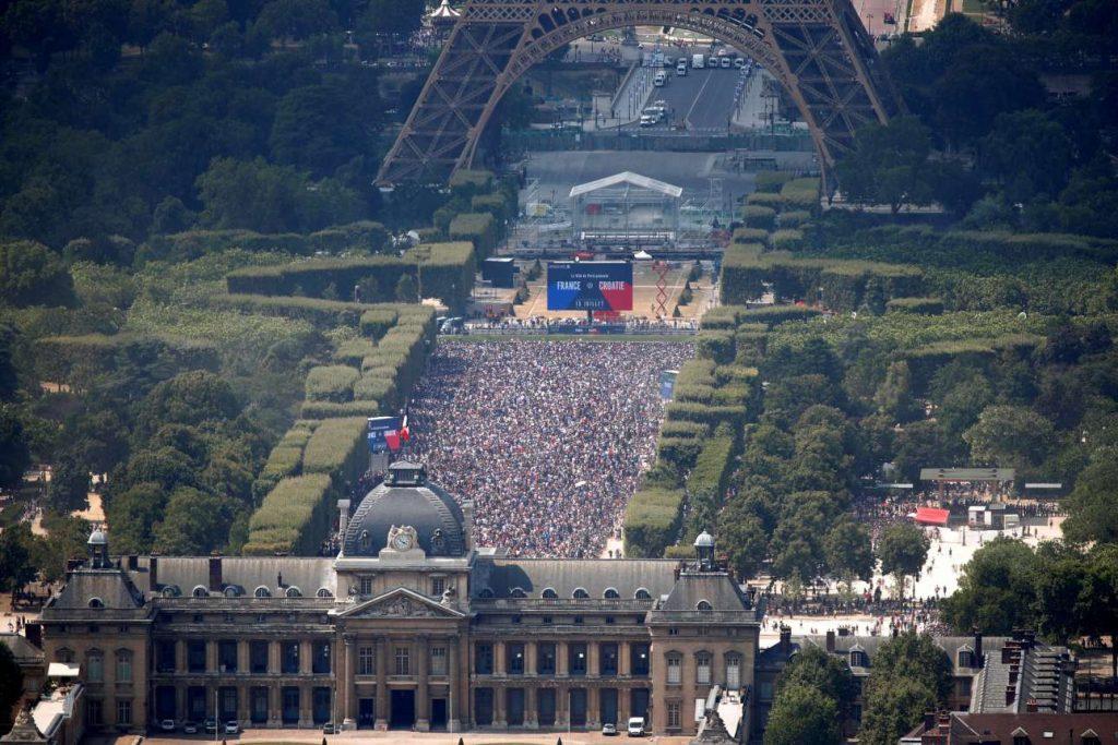 2018-07-15T142648Z_1156745347_RC1F36022D30_RTRMADP_3_SOCCER-WORLDCUP-FINAL-PARIS-FANS
