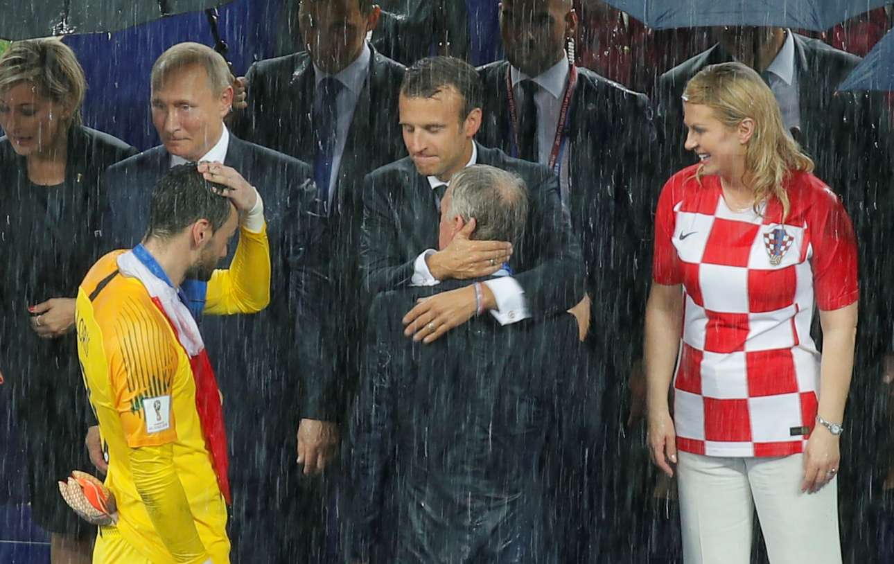 O Εμανουέλ Μακρόν αγκαλιάζει τον Ντεσάν υπό το βλέμμα της προέδρου της Κροατίας Κολίντα Γκράμπαρ-Κιτάροβιτς, η οποία παρακολούθησε το ματς, φορώντας τη φανέλλα της Εθνικής Κροατίας