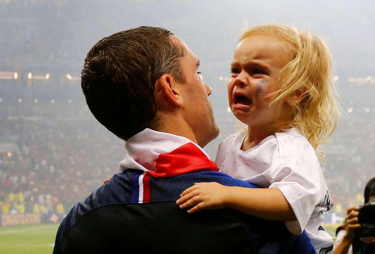 Η κόρη του Αντουάν Γκριζμάν δεν συμμερίζεται τον ενθουσιασμό του μπαμπά της. Μολονότι ο γάλλος επιθετικός συνηθίζει να την παίρνει στο γήπεδο στα επινίκια, η μικρούλα έβαλε τα κλάματα στην αγκαλιά του παγκόσμιου πρωταθλητή πατέρα της στο «Λουζνίκι» της Μόσχας