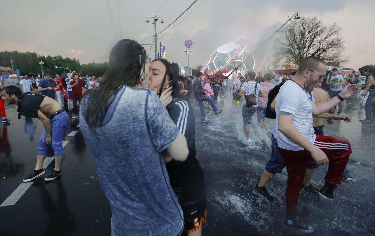 Ενα ζευγάρι φιλιέται υπό καταρρακτώδη βροχή έξω από το «Λουζνίκι» της Μόσχας, μετά τον τελικό