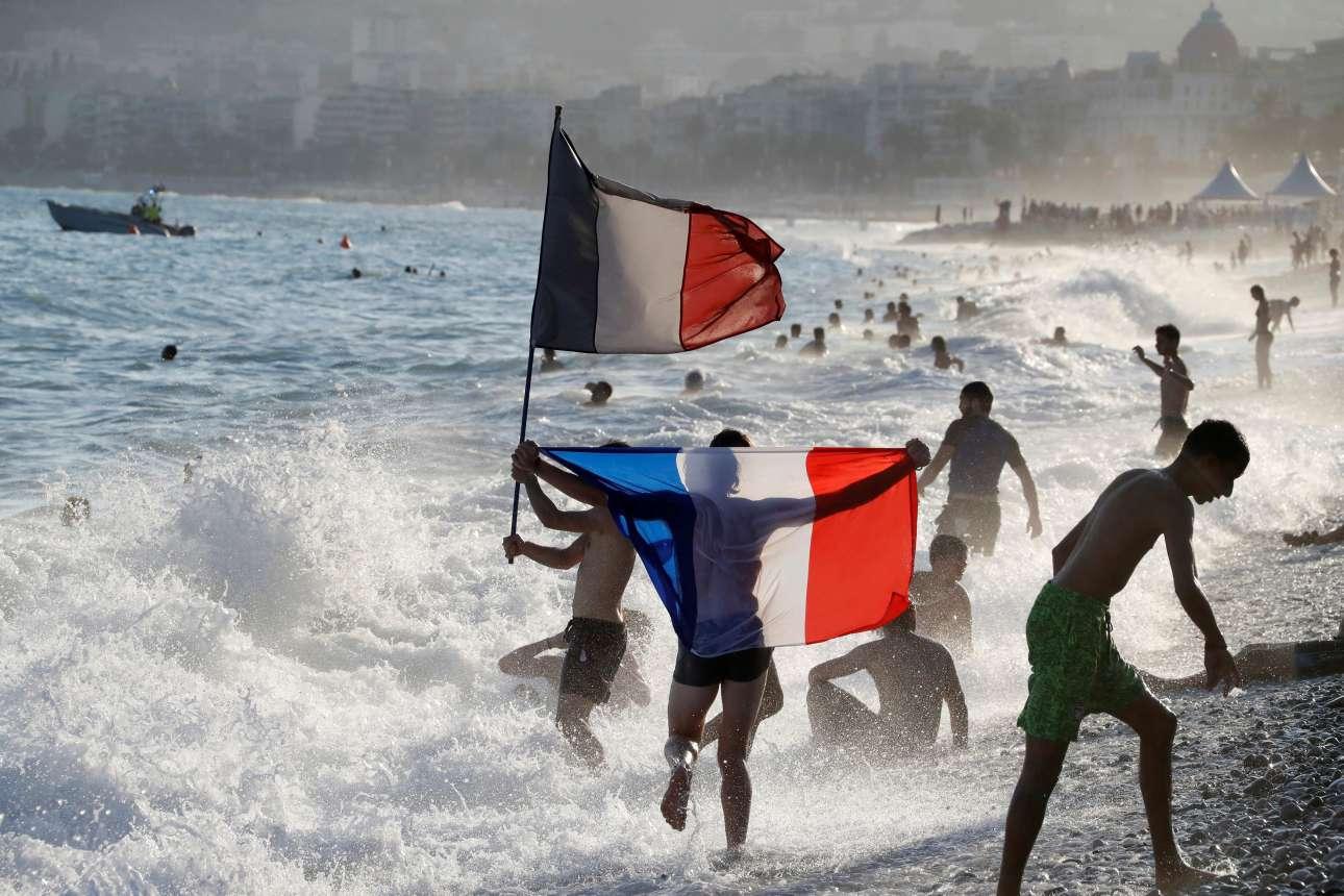Αμέτρητοι νεαροί Γάλλοι έσπευσαν στις παραλίες της Νίκαιας να πανηγυρίσουν τον θρίαμβο με μια βουτιά