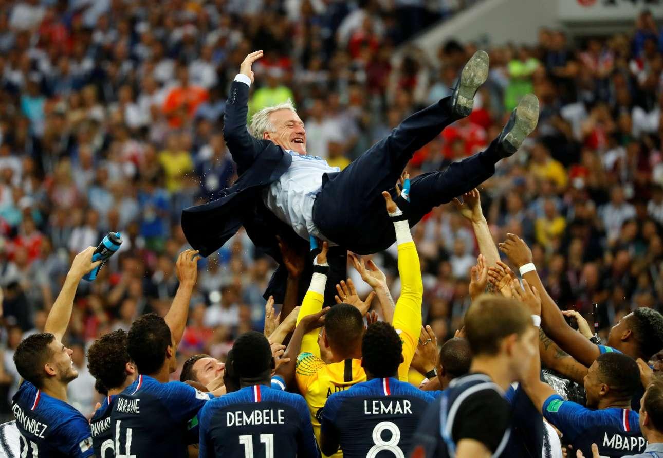 Εικοσι χρόνια αφού ο ίδιος, ως αρχηγός της Γαλλίας είχε υψώσει στον ουρανό του Παρισιού το Παγκόσμιο Κύπελλο –και μετά τον προπονητή του, Εμέ, στα χέρια–, ο Ντιντιέ Ντεσάν απολαμβάνει τα επινίκια από τους παίκτες του πια. Ο Ντεσάν έγινε μόλις ο τρίτος (μετά τον Μάριο Ζαγκάλο και τον Φραντς Μπεκενμπάουερ) που κατακτά το Μουντιάλ και ως παίκτης και ως προπονητής