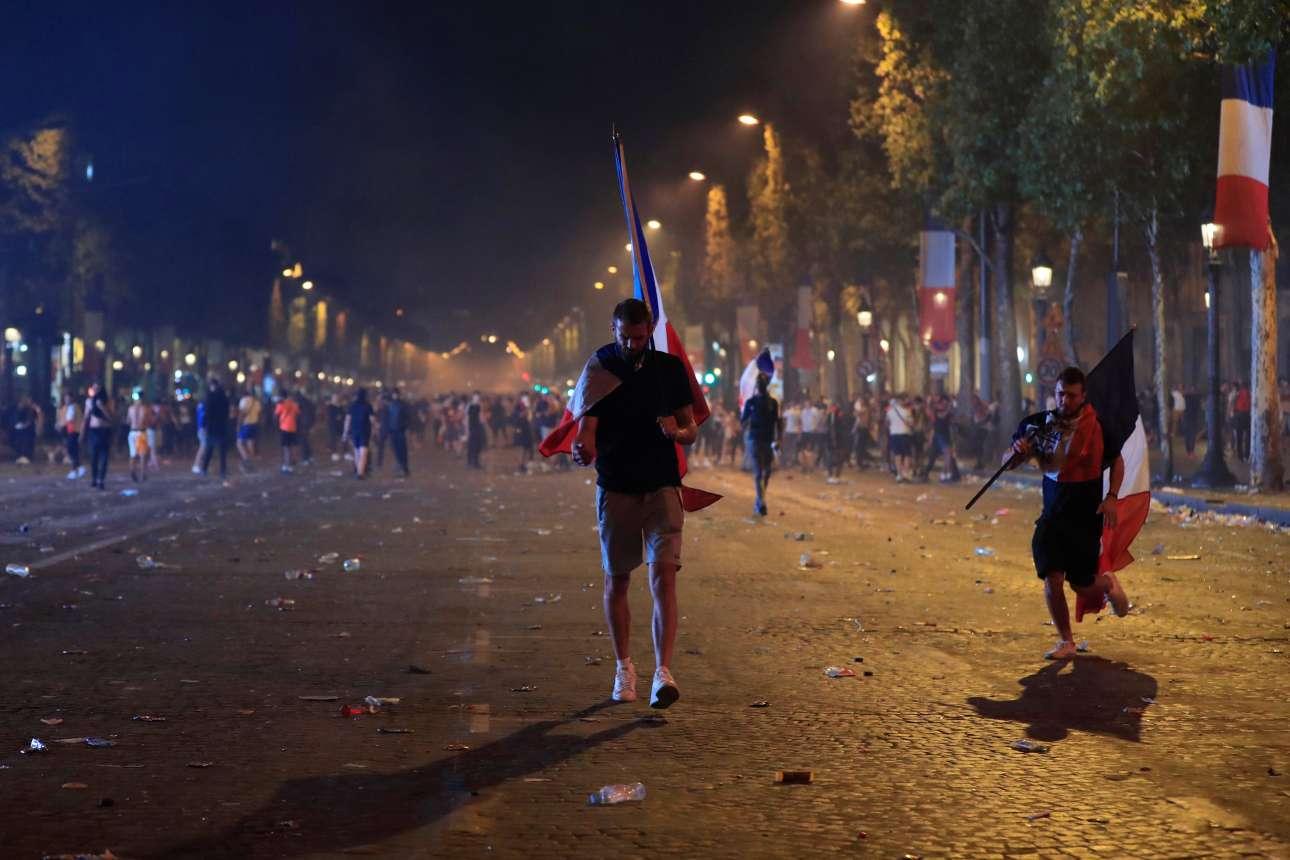 Αργά τη νύχτα της Κυριακής οι πανηγυρισμοί στο Παρίσι έληξαν. Το ραντεβού ανανεώθηκε για την υποδοχή των θριαμβευτών το απόγευμα της Δευτέρας