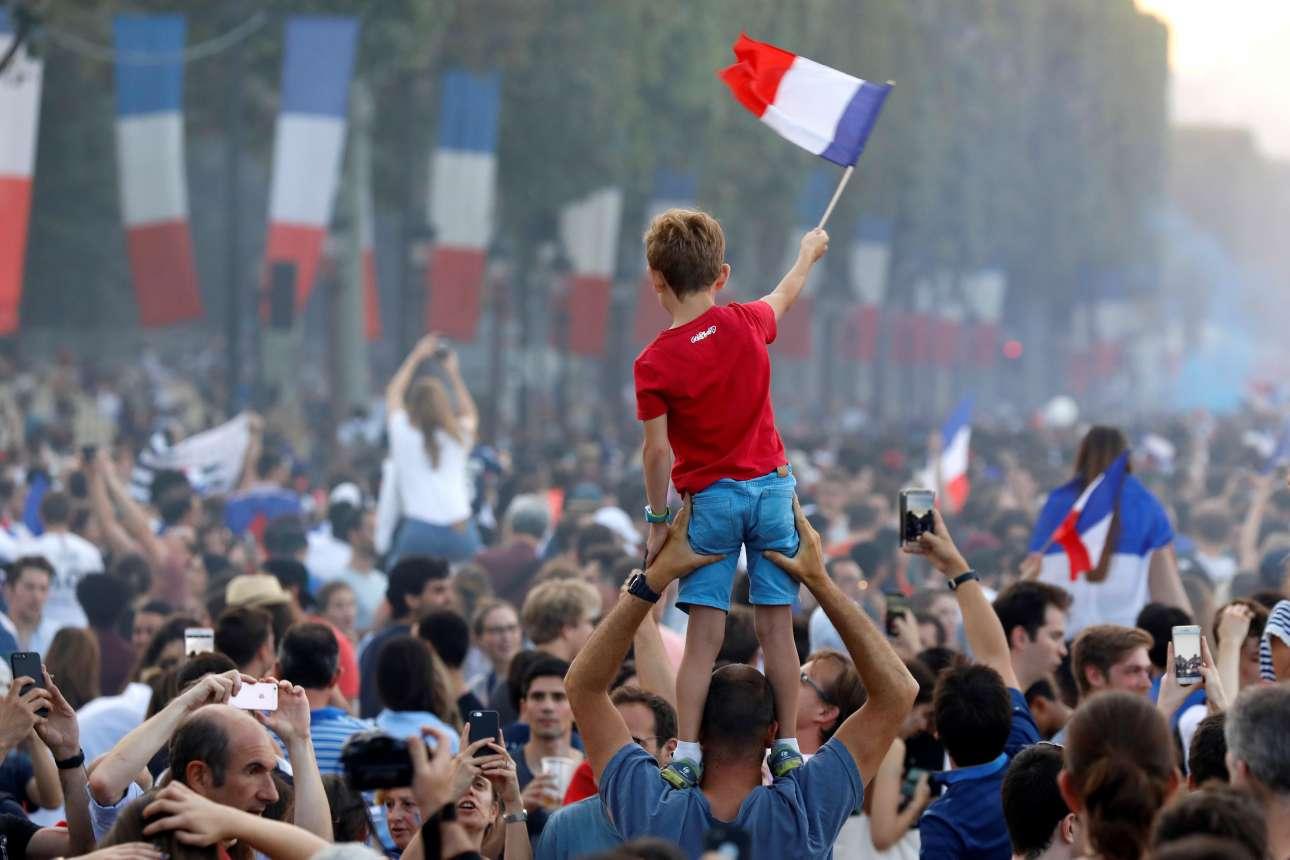 Η νέα γενιά. Αγέννητος το 1998 και στον τελικό του 2006, ο πιτσιρίκος ανεμίζει τη γαλλική σημαία επάνω στους ώμους του πατέρα του, στους πανηγυρισμούς στο Παρίσι