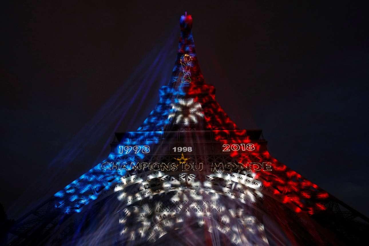 O Πύργος του Αϊφελ στα χρώματα της σημαίας της Γαλλίας -παραπέμποντας στον θρίαμβο του 1998 και στη νέα κατάκτηση του Παγκοσμίου Κυπέλλου στη Μόσχα