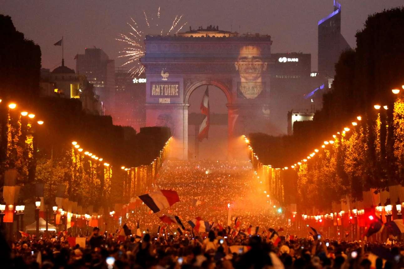 Λίγο αργότερα, αμέτρητα πλήθη κόσμου είχαν κατακλύσει τη λεωφόρο των Ηλυσίων Πεδίων στο Παρίσι - και η εικόνα του Αντουάν Γκριζμαν, μαζί με των άλλων παγκόσμιων πρωταθλητών, απεικονιζόταν στην Αψίδα του Θριάμβου