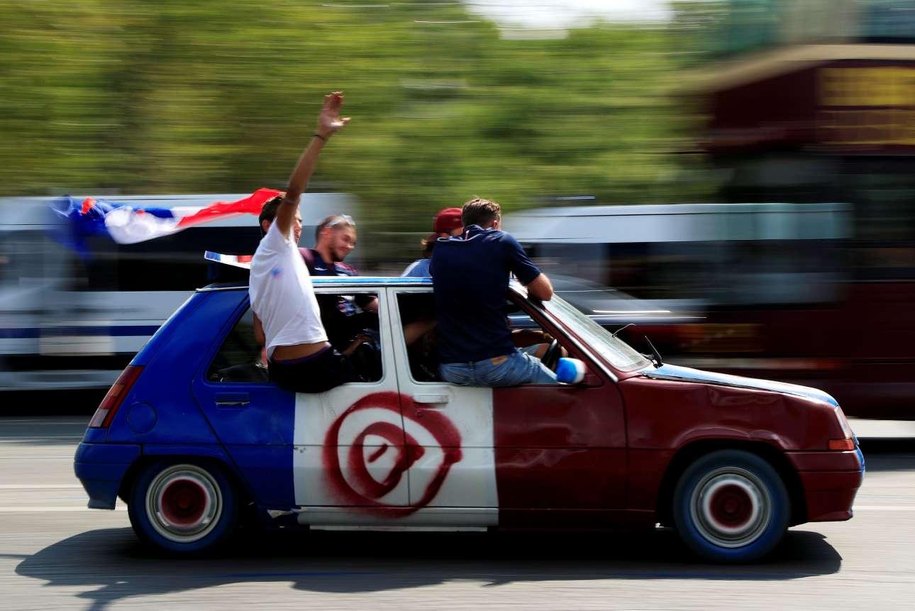 Πόσο πιο «γαλλικό»; Βαμμένο στα χρώματα της γαλλικής σημαίας -Bleu, Blanc, Rouge- ένα παλιό Renault ξεχύνεται στους δρόμους του Παρισίου με νεαρούς να κρέμονται από τα παράθυρα πανηγυρίζοντας