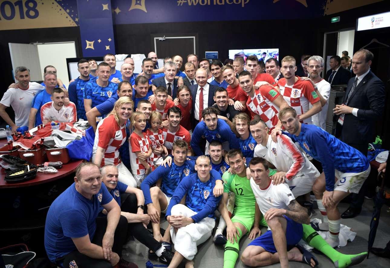 Επειτα, η Κολίντα Γκράμπαρ-Κιτάροβιτς επισκέφτηκε τα αποδυτήρια της Εθνικής Κροατίας. Ο Πούτιν -στο μέσον- φρόντισε να φωτογραφηθεί αγκαλιά με τον Μόντριτς