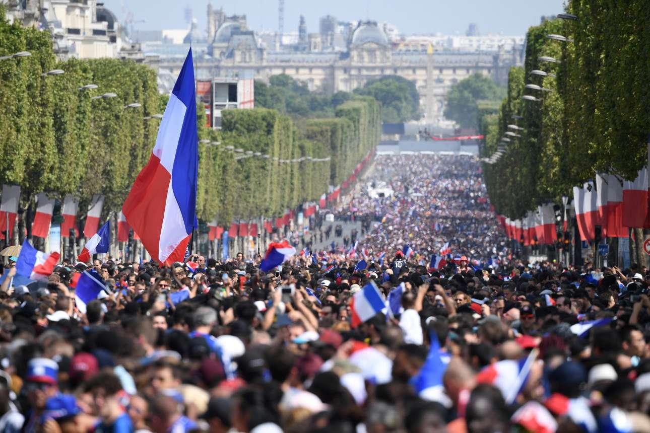 Πλήθος Παριζιάνων για δεύτερη ημέρα στους δρόμους των Ηλυσίων Πεδίων. Αυτή τη φορά για να υποδεχτούν στο Παρίσι τους πρωταθλητές κόσμου