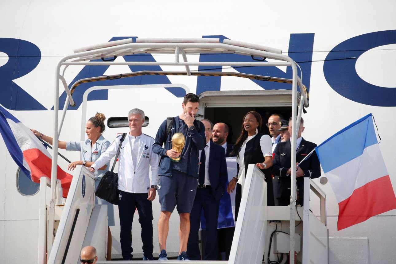 Ο Λιορίς, αρχηγός της Εθνικής Γαλλίας, με το τρόπαιο στα χέρια βγαίνει από το αεροπλάνο που μετέφερε τους θριαμβευτές από τη Μόσχα στο Παρίσι. Δίπλα του ο ομοσπονδιακός προπονητής Ντιντιέ Ντεσάν