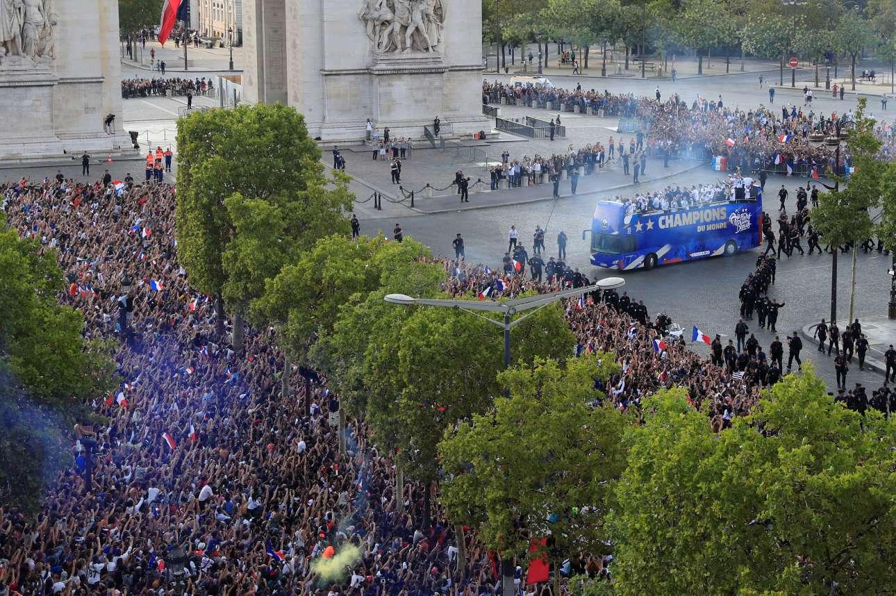 Το λεωφορείο με τους πρωταθλητές κόσμου καταφθάνει στην Αψίδα του Θριάμβου
