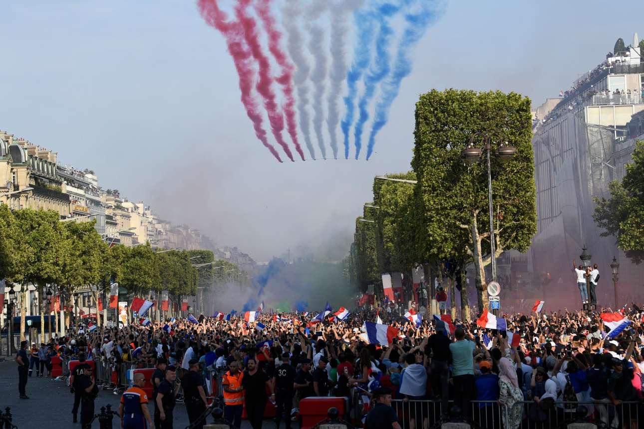 Μαχητικά σχηματίζουν τα χρώματα της γαλλικής σημαίας στον παριζιάνικο ουρανό κατά μήκος της παρέλασης