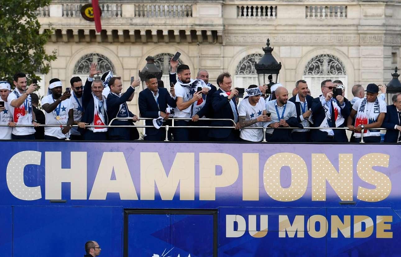 Ακολούθησε η παρέλαση. «Πρωταθλητές κόσμου» γράφει το ανοιχτό λεωφορείο που περιέφερε τους θριαμβευτές στο κέντρο του Παρισιού