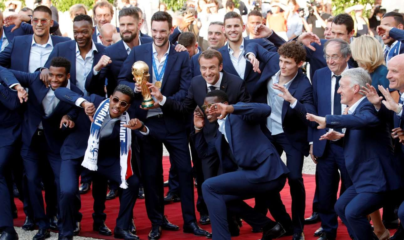 Το πάρτι συνεχίστηκε στο Μέγαρο των Ηλυσίων. Ο Εμανουέλ Μακρόν ποζάρει με τους παγκόσμιους πρωταθλητές κατά την τελετή υποδοχής τους το απόγευμα της 16ης Ιουλίου