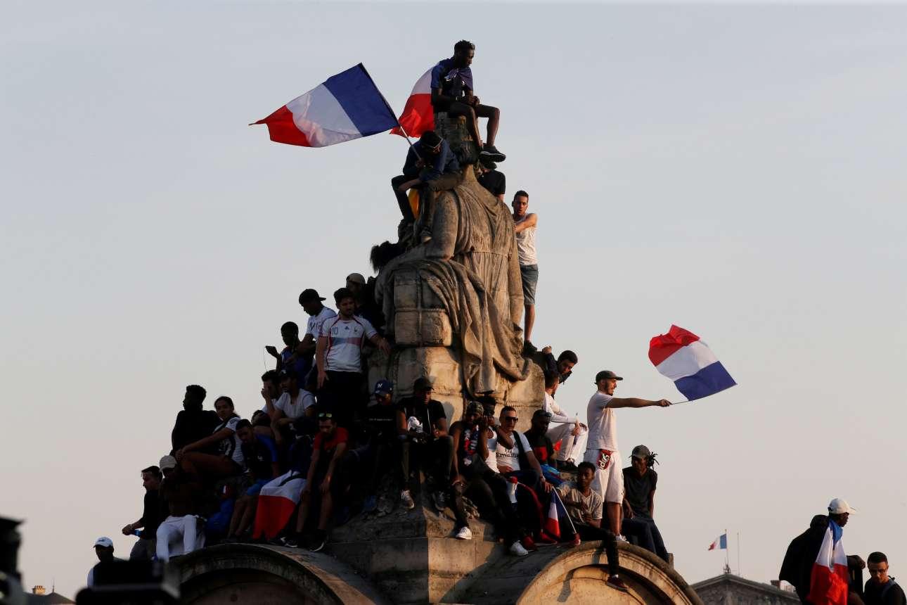 Ο κόσμος ανέβηκε και σε μνημεία για να παρακολουθήσει την παρέλαση των θριαμβευτών