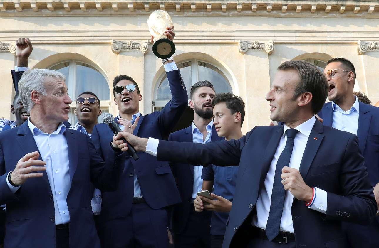 Ο Εμανουέλ Μακρόν δίνει τον λόγο στον ομοσπονδιακό προπονητή Ντιντιέ Ντεσάν στην εκτός πρωτοκόλλου τελετή υποδοχής των παγκόσμιων πρωταθλητών στο Μέγαρο των Ηλυσίων