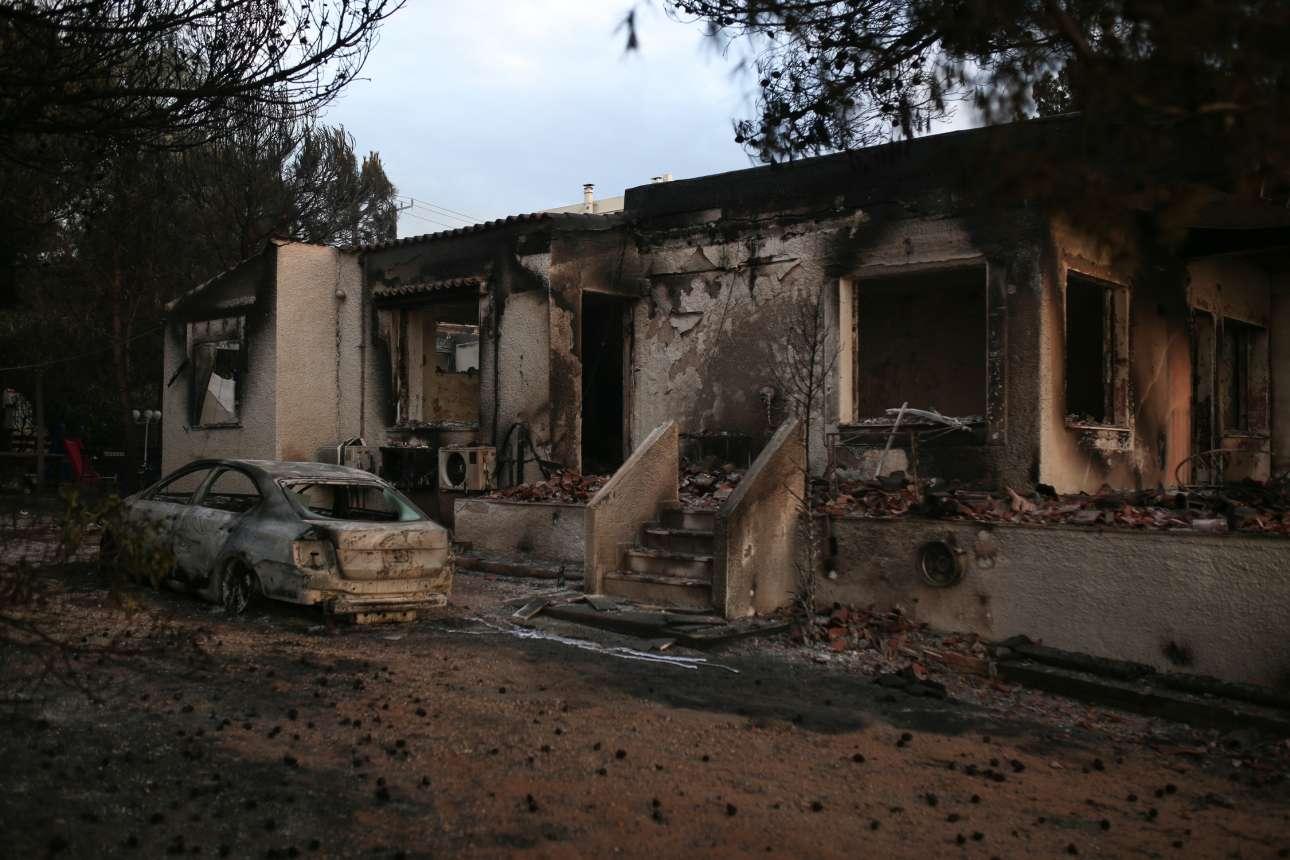 Ολόκληρα σπίτια μέσα στις φλόγες τη νύχτα και μέσα στη στάχτη το πρωί