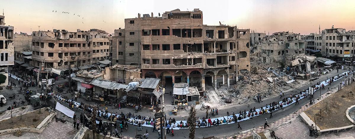 Πρώτη θέση στην κατηγορία Ειδήσεις/Γεγονότα. Σύροι γιορτάζουν το Ιφτάρ, το βραδινό δείπνο στο τέλος της καθημερινής νηστείας κατά τη διάρκεια του Ραμαζανιού, ανάμεσα στα συντρίμια της πόλης Ντούμα