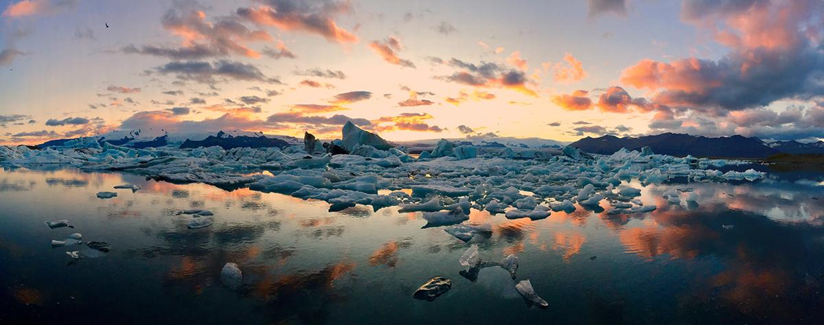 Πρώτη θέση στην κατηγορία Πανόραμα. «Το καλοκαίρι στην Ισλανδία, ο ήλιος βρίσκεται πάνω από τον ορίζοντα σχεδόν όλη την ημέρα εκεί όπου ο παγετώνας Vatnajökull συναντά τον Ατλαντικό Ωκεανό» μας ενημερώνει ο πολωνός φωτογράφος