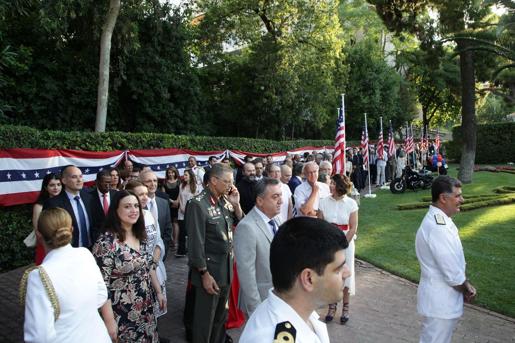 Πλήθος κόσμου περιμένει υπομονετικά στην ουρά της πρεσβείας
