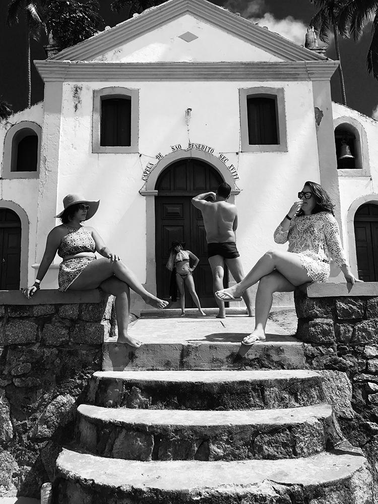 Πρώτη θέση στην κατηγορία Ανθρωποι. Βραζιλιάνοι τουρίστες ποζάρουν μπροστά από ένα μικρό, καθολικό εκκλησάκι κοντά σε παραλία της Βραζιλίας