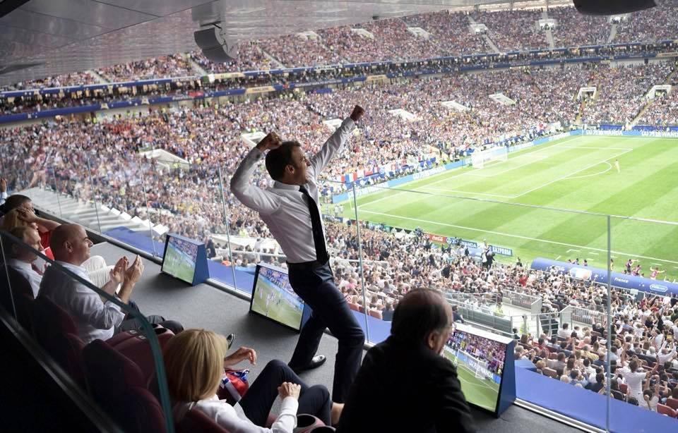 Ο Εμανουέλ Μακρόν σπάει επιτέλους το... πρωτόκολλο. Από τις ψυχρές χειραψίες (αντί ενός ανθρώπινου πανηγυρισμού) στον ημιτελικό, μάς προσφέρει μια πόζα φανατικού στον τελικό, καθώς η Γαλλία σκοράρει