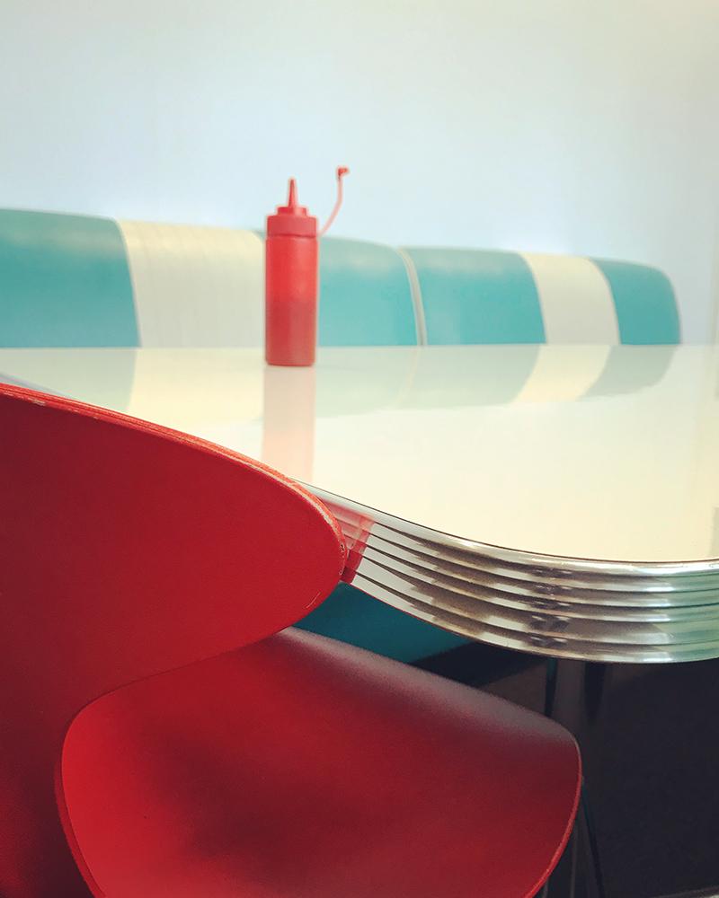 Πρώτη θέση στην κατηγορία Νεκρή Φύση. Εντονα χρώματα και ενδιαφέρουσα σύνθεση σε εστιατόριο τύπου αμερικανικού diner στο Λονδίνο