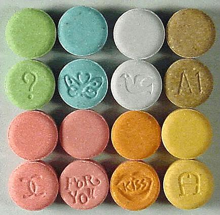 Χάπια έκσταση σε πολλά σχέδια και χρώματα (wikipedia commons)