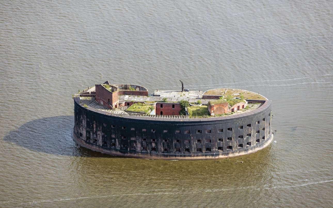 Το Φρούριο «Αλέξανδος ο Πρώτος», αντίκρυ στην Κροστάνδη της Αγίας Πετρούπολης. Εγκαταλείφθηκε από το σοβιετικό κράτος το 1983 και γνώρισε ημέρες… rave parties προς το τέλος του προηγούμενου αιώνα και στις αρχές του 21ου