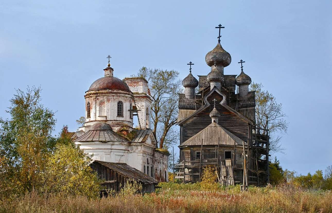 Ορθόδοξοι χριστιανοί ναοί στην Παλτόγκα, στην περιφέρεια Βολόγκντα Ομπλάστ. Η ξύλινη εκκλησία (δεξιά), κτίσμα του 1733, έχει πλέον αποκατασταθεί