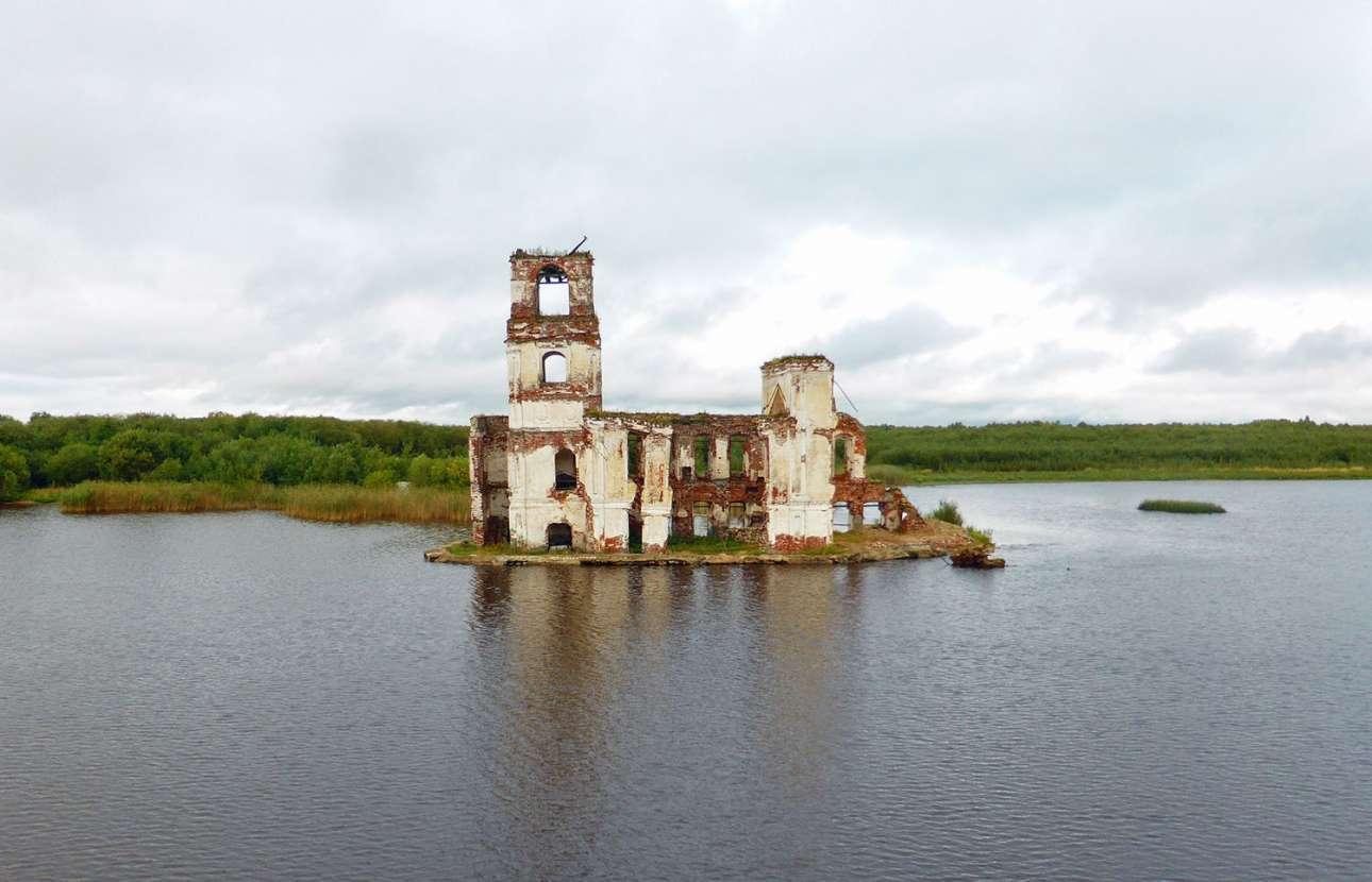 Η ετοιμόρροπη εκκλησία της Γεννήσεως, κτίσμα του 18ου αι., απομονωμένη στη λίμνη της περιοχής Kρόκινο, στην περιφέρεια Βολόγκντα Ομπλάστ