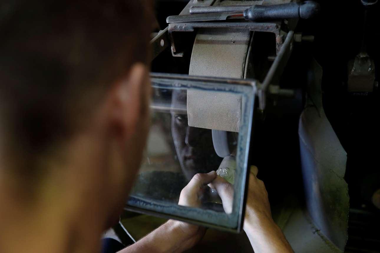 Ο 21χρονος Φώτης Γαλανόπουλος φτιάχνει μία κουδούνα για ζώα