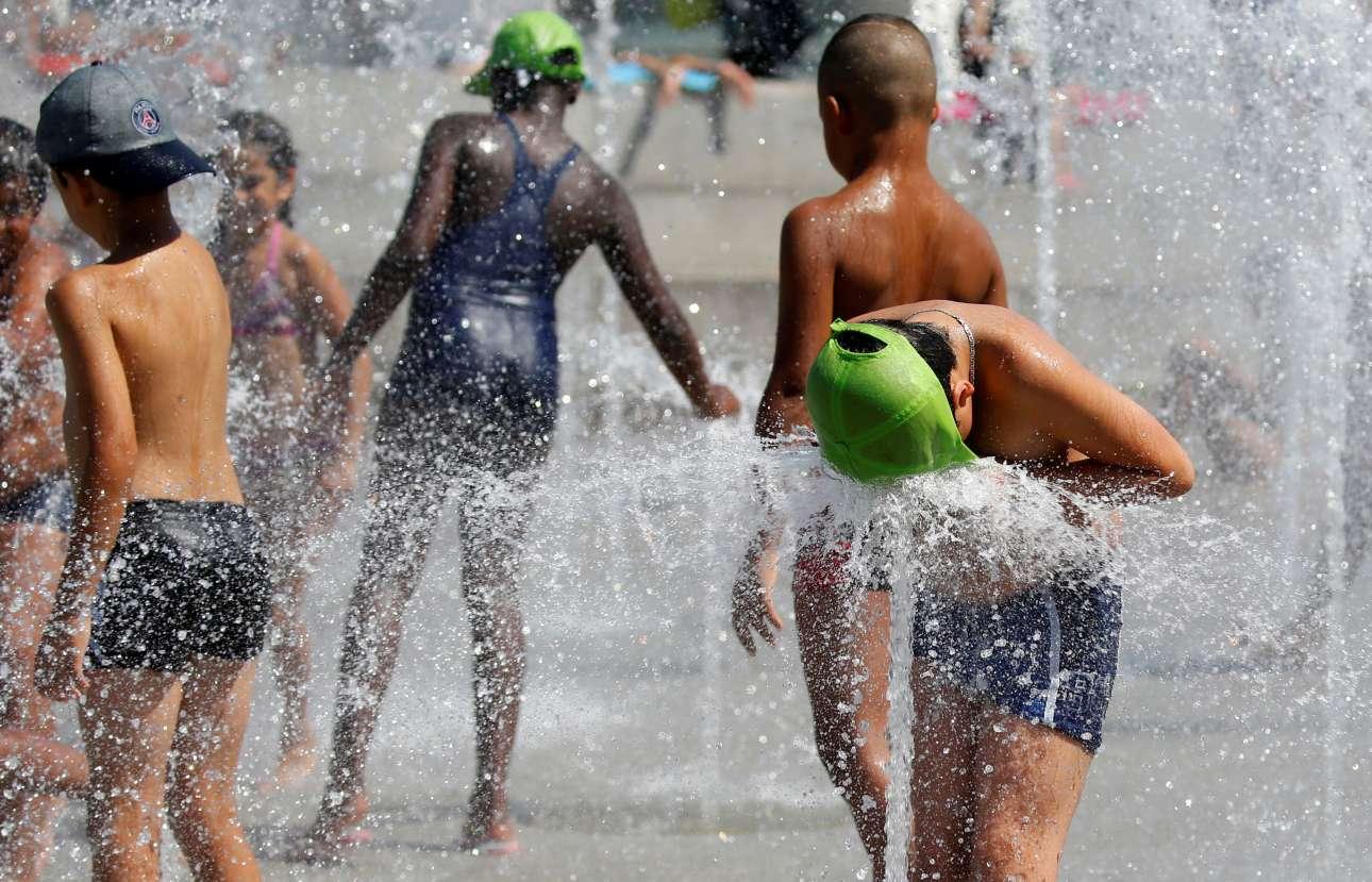 Παιδιά παίζουν σε συντριβάνι στο κέντρο του Παρισιού στην Γαλλία