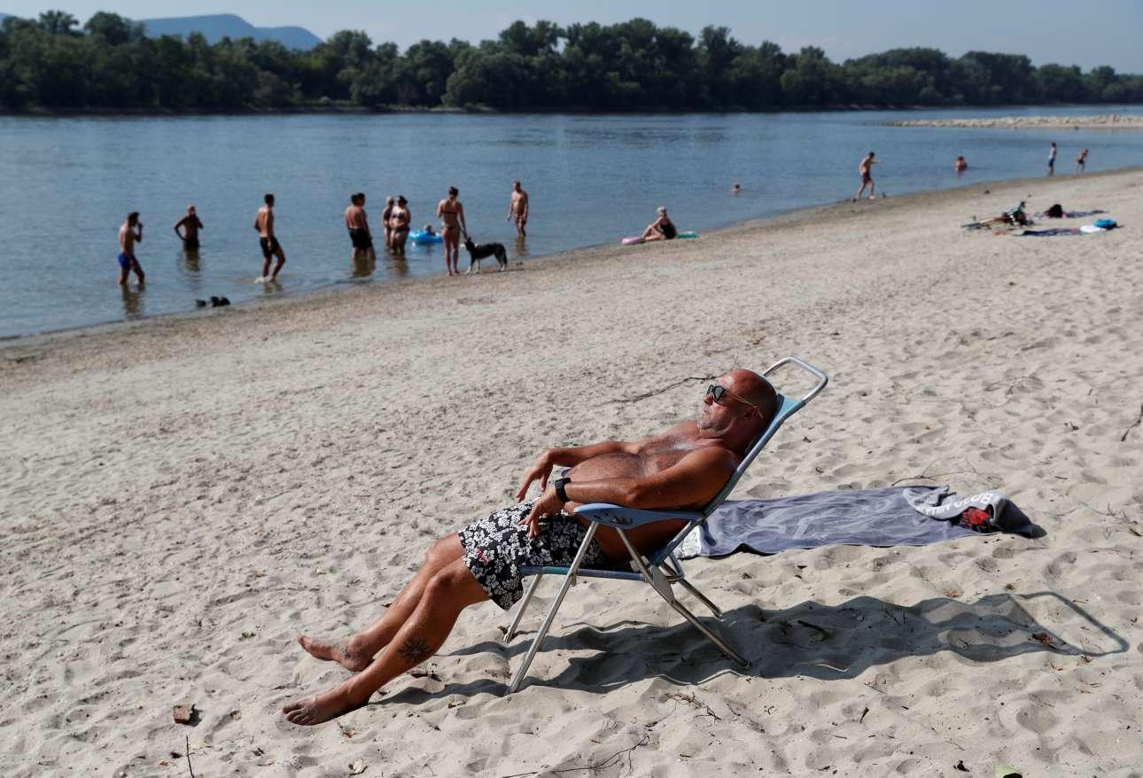 Ηλιοθεραπεία στον Δούναβη. Ακόμα και η Ουγγαρία «βράζει»