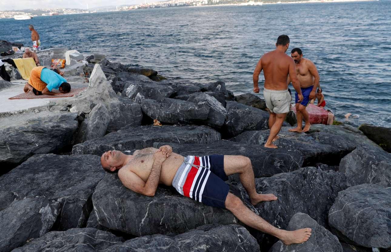 Ξεκούραση και στο βάθος προσευχή κατά τη διάρκεια μίας καυτής ημέρας στη Θάλασσα του Μαρμαρά στην Κωνσταντινούπολη