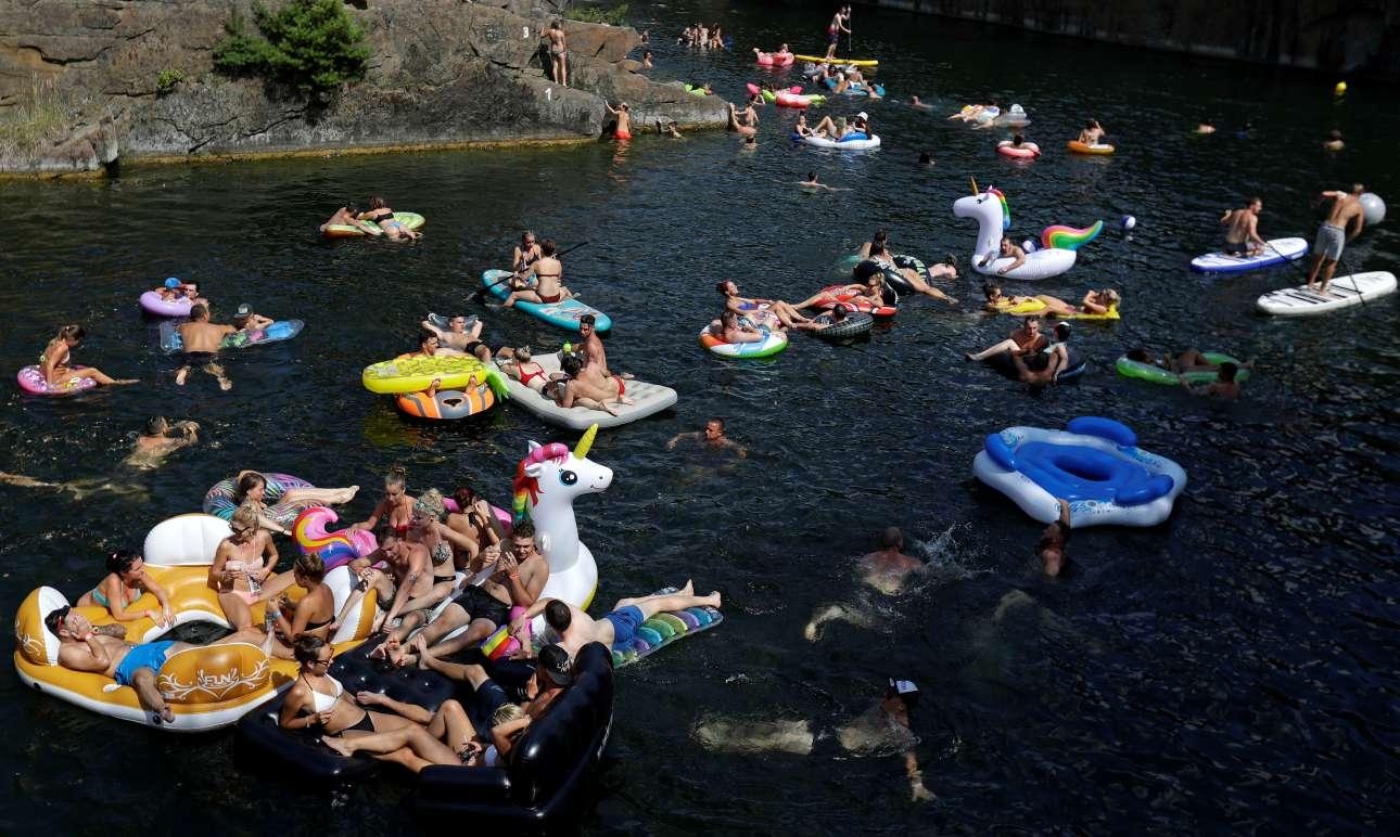 Δεκάδες άνθρωποι κολυμπούν και διασκεδάζουν σε ποτάμι στο Hrimezdice, χωριού της Βοημίας στην Τσεχία