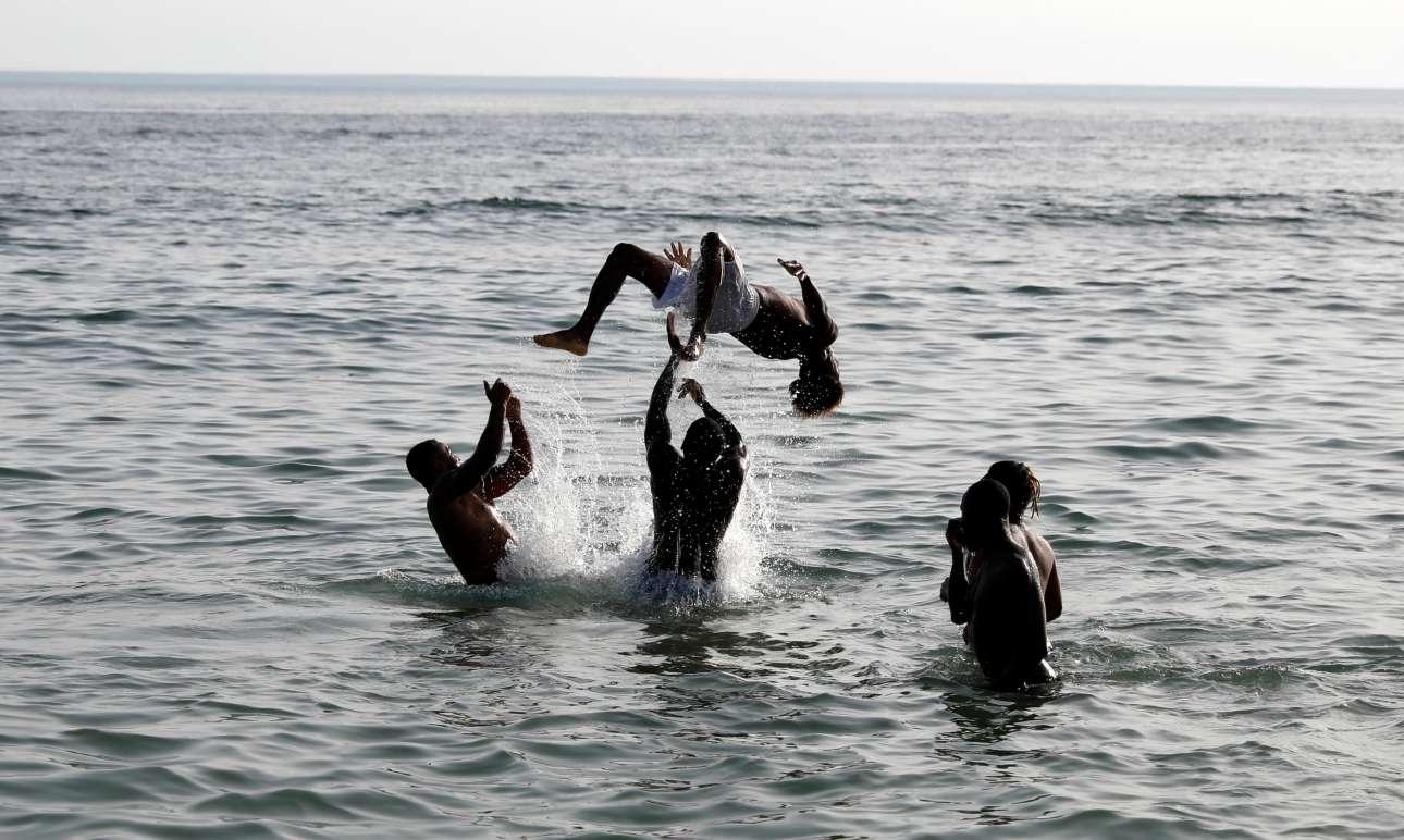 Ο καύσωνας έχει και κάποια θετικά: για παράδειγμα αυτοί οι νέοι στην παραλία Carcavelos κοντά στην Λισαβόνα μπορούν να απολαμβάνουν με τις ώρες παιχνίδια στην θάλασσα